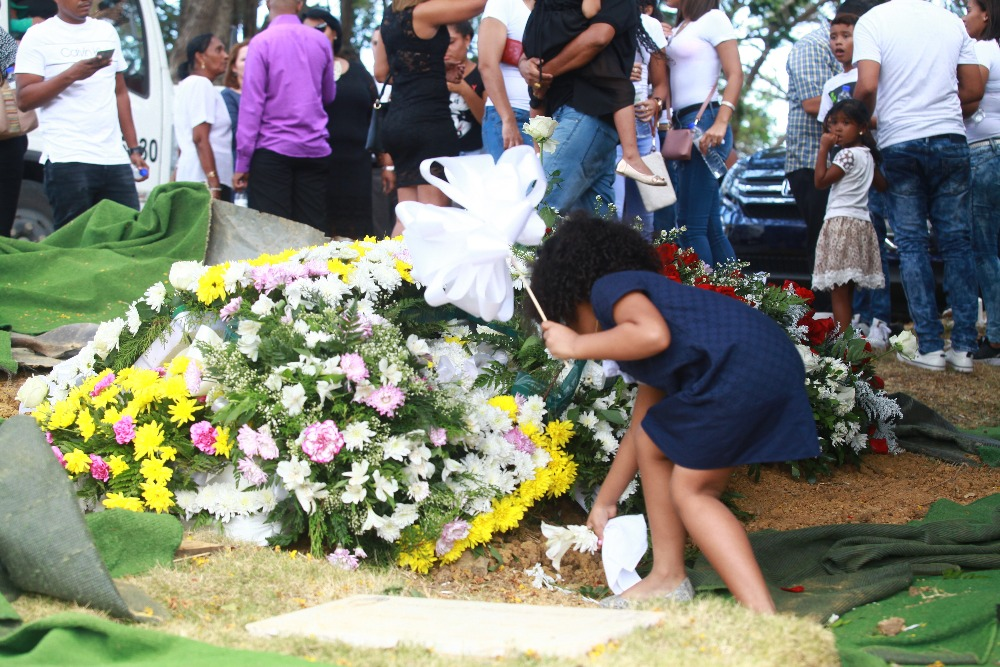 Jardín de Paz: Sepelio del Campeón de Boxeo panameño Eusebio Pedroza. Una de sus nietas pequeñas acomoda inocentemente    las flores sueltasen en la tumba de su abuelito. (8 Marzo 2019)