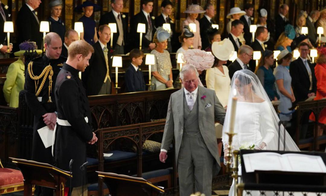 El príncipe Carlos, próximo heredero de la corona británica, fue el encargado de llevar a Meghan al altar ante la ausencia de su padre/AP