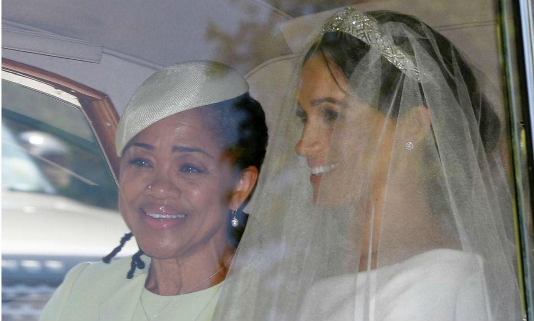 La novia Meghan Markle junto a su madre Doria Ranglan a la salida del hotel donde pasaron juntas la noche, para dirigirse a la Capilla de San José en Windsor