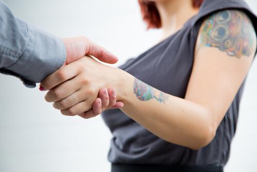 Tatuajes y el empleo.