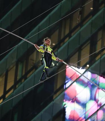 Hermanos malabaristas cruzan Times Square en la cuerda floja. Foto AP